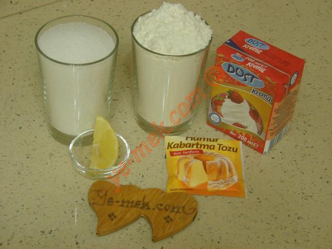Bulut Tatlısı İçin Gerekli Malzemeler :  <ul>          <li>1 paket sıvı krema (200 ml)</li>         <li>1 su bardağı tepeleme un</li> <li>1 çay kaşığı kabartma tozu</li>         <li><strong>Şerbeti İçin:</strong></li>         <li>2,5 su bardağı su</li> <li>2 su bardağı toz şeker</li>         <li>3 damla limon suyu</li> </ul>