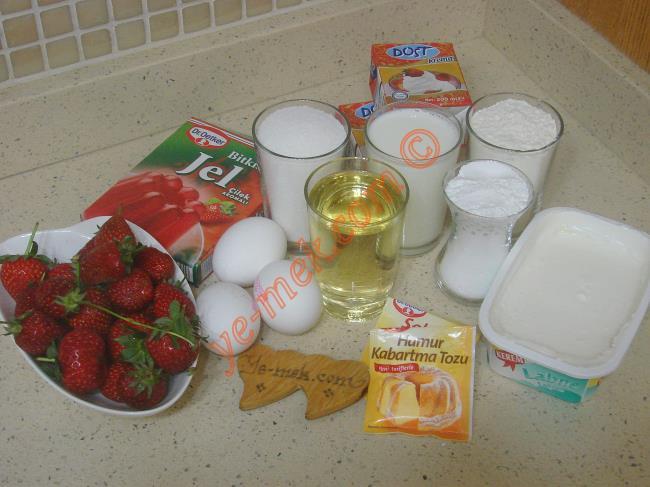 Çilekli Pasta İçin Gerekli Malzemeler :  <ul> <li>3 adet yumurta</li> <li>1 su bardağı toz şeker</li>         <li>1 su bardağı süt</li> <li>1 su bardağı sıvı yağ</li> <li>1 paket kabartma tozu</li> <li>1 paket vanilya</li> <li>2 su bardağı un</li>         <li><strong>Keki Islatmak İçin:</strong></li>         <li>1/2 su bardağı süt</li> <li><strong>Kreması İçin:</strong></li> <li>2 paket sıvı krema (400 ml)</li>         <li>250 gr labne peyniri</li>         <li>1 çay bardağı pudra şekeri</li>         <li><strong>Üzeri İçin:</strong></li>         <li>1 paket çilek jölesi</li>         <li>350 gr çilek</li> </ul>