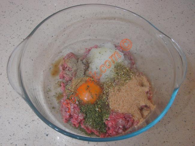 İslim kebabı yapımında öncelikle derin bir kap içine 250 gr kıyma koyun. Üzerine 1 adet yumurta kırın. 1 adet soğanı rendenin ince tarafı ile rendeleyin. 2 yemek kaşığı galeta unu, damak tadınıza göre tuz, karabiber, nane, kekik ve kimyon ekleyin.
