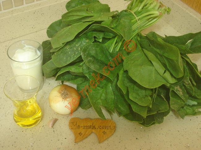 Ispanak Tarator İçin Gerekli Malzemeler :  <ul> <li>İki büyük demet ıspanak</li>         <li>1 diş sarımsak</li>         <li>1 adet soğan</li> <li>3 yemek kaşığı zeytinyağı</li>         <li>4 yemek kaşığı dolusu yoğurt</li> <li>Tuz</li> </ul>