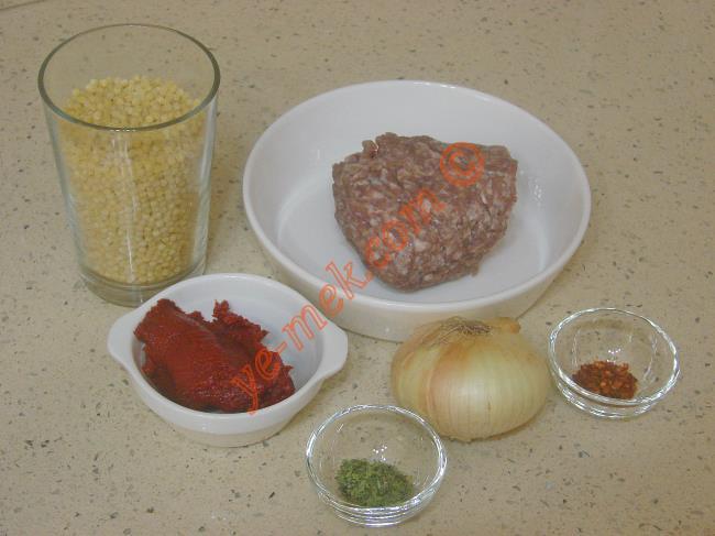 Kuskus Çorbası İçin Gerekli Malzemeler :  <ul> <li>1 su bardağı kuskus makarna</li>         <li>1 adet kuru soğan</li>         <li>100 gr kıyma</li>         <li>2 yemek kaşığı sıvı yağ</li>  <li>1 yemek kaşığı domates salçası</li> <li>7 su bardağı su</li> <li>Tuz, pulbiber, nane</li>   </ul>