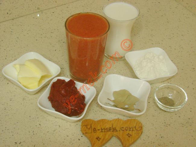 Lokanta Usulü Domates Çorbası İçin Gerekli Malzemeler :  <ul> <li>1,5 su bardağı domates püresi</li>         <li>1 yemek kaşığı dolusu domates salçası</li>         <li>1 yemek kaşığı tereyağı</li>         <li>1 yemek kaşığı sıvı yağ</li>  <li>2 yemek kaşığı un</li>         <li>2 adet defne yaprağı</li> <li>3,5 su bardağı su</li>         <li>1 çay bardağı süt</li> <li>1/2 çay kaşığı karabiber</li>         <li>Tuz</li>   </ul>
