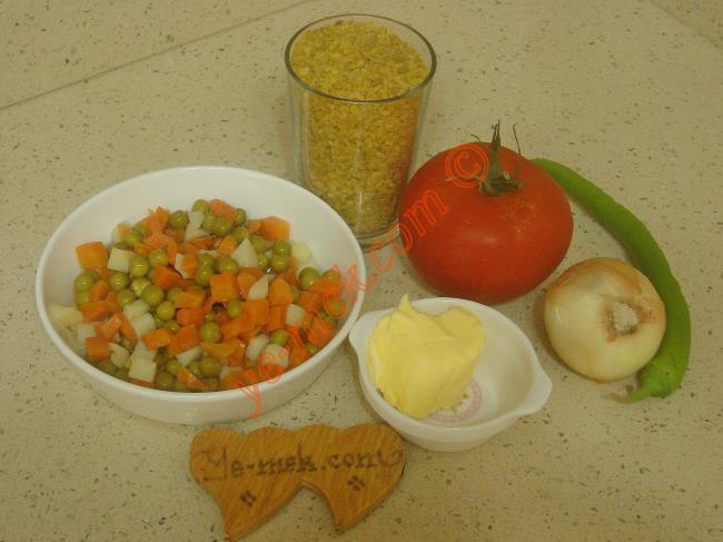 Garnitürlü Bulgur Pilavı İçin Gerekli Malzemeler :  <ul>         <li>1 su bardağı pilavlık bulgur</li> <li>1 adet orta boy soğan</li>         <li>1 adet orta boy domates</li>         <li>1 adet yeşil biber</li>         <li>1/2 kavanoz hazır konserve garnitür</li> <li>1 yemek kaşığı tereyağı</li>         <li>2 yemek kaşığı zeytinyağı</li> <li>2 su bardağı sıcak su</li> <li>Tuz</li> </ul>