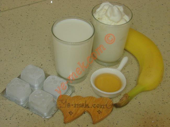 Muzlu Milkshake İçin Gerekli Malzemeler :  <ul>         <li>1 su bardağı vanilyalı dondurma</li> <li>1,5 su bardağı soğuk süt</li> <li>1 yemek kaşığı süzme bal</li>         <li>1 adet büyük boy muz</li>         <li>2 adet buz küpü (İsteğe bağlı)</li>  </ul>