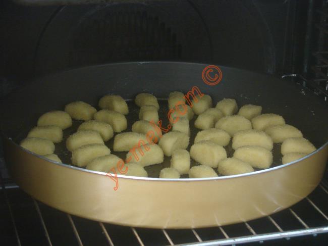 Hazırladığınız irmik tatlısını önceden ısıtılmış 180 derece fırına verin. Üzerleri hafifçe kızarana kadar pişirin.