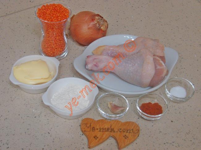 Tavuklu Mercimek Çorbası İçin Gerekli Malzemeler :  <ul> <li>1,5 çay bardağı kırmızı mercimek</li>         <li>2 adet tavuk baget</li>         <li>1 adet soğan</li> <li>1 diş sarımsak</li>         <li>1 yemek kaşığı un</li>         <li>1 yemek kaşığı tereyağı</li>         <li>Tuz</li>         <li><strong>Üzeri için:</strong></li> <li>1 yemek kaşığı tereyağ</li> <li>2 yemek kaşığı sıvı yağ</li>         <li>1 tatlı kaşığı kırmızı toz biber</li> </ul>
