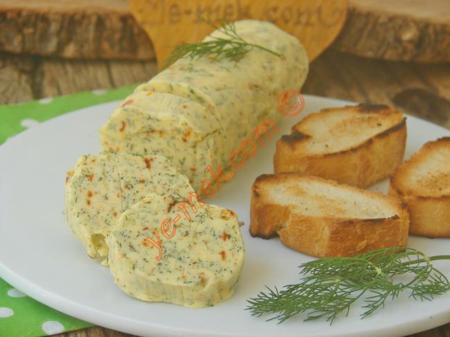 Ekmek Üstüne Sürülecek En Güzel Şey : Çeşnili Tereyağı