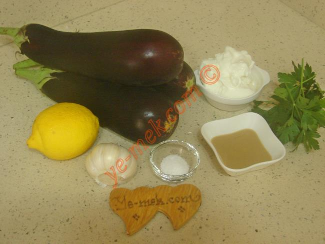 Tahinli Patlıcan Salatası İçin Gerekli Malzemeler :  <ul>         <li>3 adet orta boy patlıcan</li>         <li>2 yemek kaşığı dolusu süzme yoğurt</li> <li>2 yemek kaşığı tahin</li> <li>2 yemek kaşığı limon suyu</li>    <li>1 diş dövülmüş sarımsak</li>         <li>1 tutam maydanoz</li>  <li>Tuz</li> </ul>