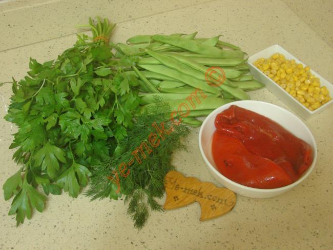 Taze Fasulye Salatası İçin Gerekli Malzemeler :  <ul> <li>300 gr taze fasulye</li> <li>4 adet közlenmiş kırmızı biber</li>         <li>1/2 su bardağı konserve mısır</li>         <li>1/2 demet maydanoz</li>         <li>1 tutam dereotu</li>         <li>Zeytinyağı</li>         <li>Limon suyu, nar ekşisi</li>         <li>Tuz</li> </ul>