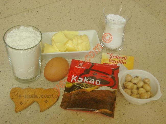 Viyana Kurabiyesi İçin Gerekli Malzemeler :  <ul> <li>100 gr tereyağı (Oda sıcaklığında)</li>         <li>1 çay bardağı pudra şekeri</li>         <li>1 adet yumurta beyazı</li>         <li>2 yemek kaşığı kakao</li> <li>1 su bardağı un</li>         <li>1 paket vanilya</li> <li><strong>Üzeri İçin:</strong> <li>20 adet fındık</li> </ul>