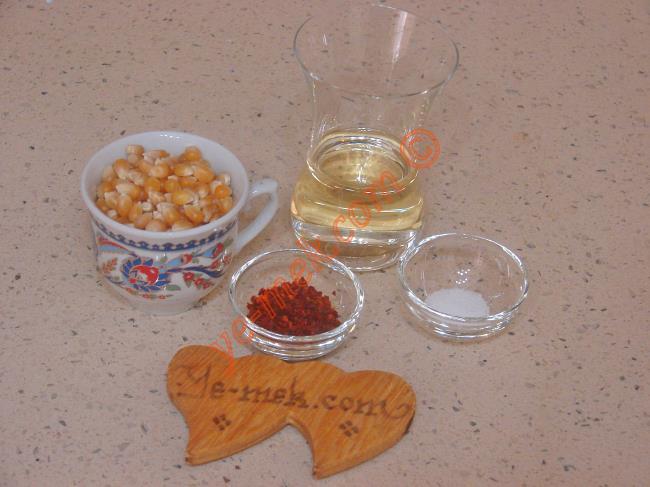 Acılı Patlamış Mısır İçin Gerekli Malzemeler :  <ul> <li>1 türk kahvesi fincanı cin mısırı</li>         <li>2 yemek kaşığı sıvı yağ</li>         <li>2 çay kaşığı acı kırmızı pulbiber</li>         <li>Tuz</li> </ul>