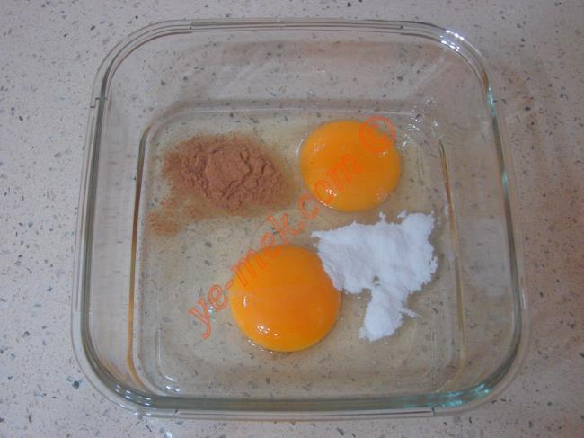 Ballı fransız tostu yapımında öncelikle bir kap içine 2 adet yumurta kırın.