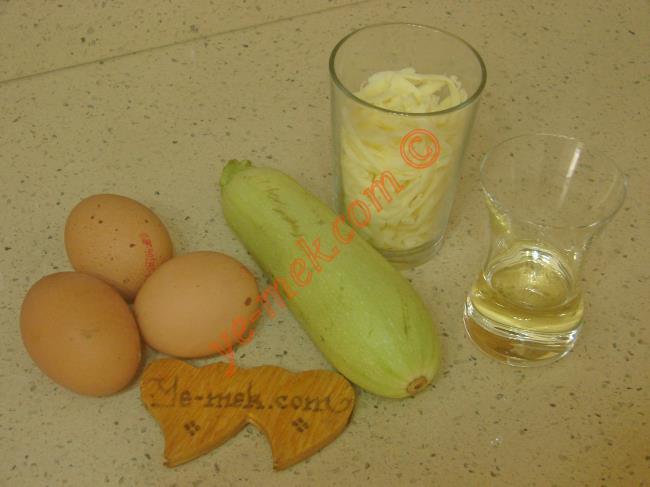 Kabaklı Omlet İçin Gerekli Malzemeler :  <ul> <li>3 adet yumurta</li> <li>1 adet küçük boy kabak</li> <li>1/2 su bardağı rendelenmiş kaşar peynir</li> <li>3 yemek kaşığı zeytinyağı</li>         <li>Tuz, karabiber</li> </ul>