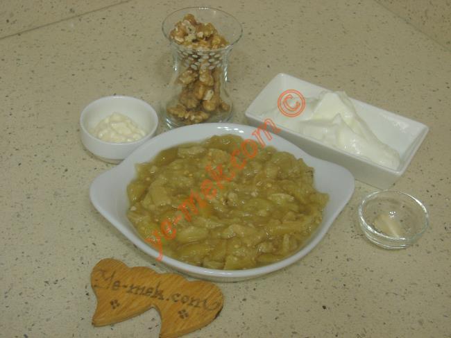 Patlıcan Tarator İçin Gerekli Malzemeler :  <ul>         <li>3 adet közlenmiş patlıcan</li>         <li>4 yemek kaşığı dolusu yoğurt</li> <li>4 yemek kaşığı mayonez</li> <li>1 çay bardağı dövülmüş ceviz</li>    <li>1 diş dövülmüş sarımsak</li>  <li>Tuz</li> </ul>