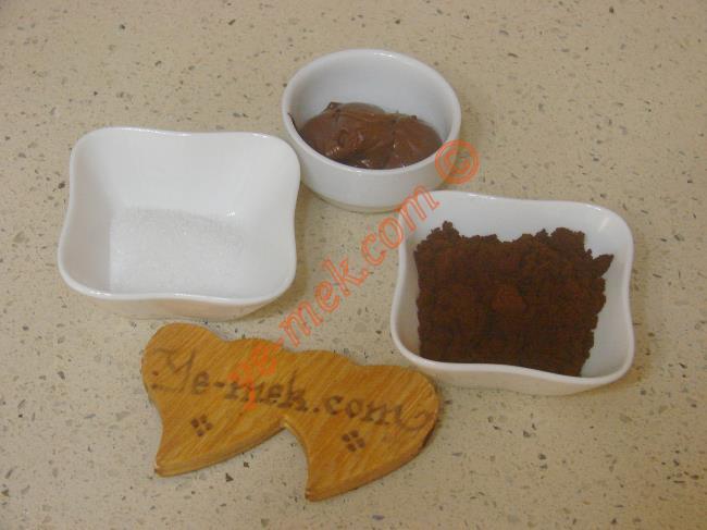 Çikolatalı Türk Kahvesi İçin Gerekli Malzemeler :  <ul>         <li>2 türk kahve fincanı su</li>         <li>1 tatlı kaşığı toz şeker</li> <li>2 tatlı kaşığı türk kahvesi</li>         <li>2 tatlı kaşığı çokokrem</li>   </ul>
