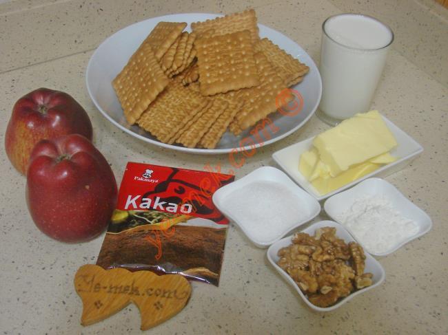 Elmalı Mozaik Pasta İçin Gerekli Malzemeler :  <ul>         <li>1,5 paket pötibör bisküvi</li>         <li>2 adet orta boy elma</li> <li>1,5 su bardağı süt</li>         <li>100 gr tereyağı</li>         <li>4 yemek kaşığı toz şeker</li> <li>3 yemek kaşığı kakao</li> <li>2 yemek kaşığı un</li>         <li>3 yemek kaşığı dövülmüş ceviz ya da fındık</li>  </ul>