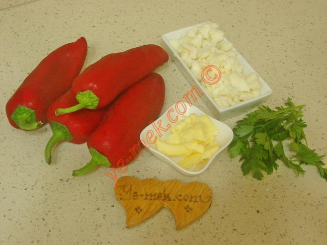 Fırında Peynirli Biber İçin Gerekli Malzemeler :  <ul> <li>4 adet kırmızı kapya biber</li> <li>Küçük bir kase tam yağlı beyaz peynir</li> <li>1 yemek kaşığı tereyağı</li>         <li>1 tutam maydanoz</li> <li>Tuz</li> </ul>