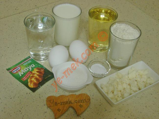 Kuru Mayalı Poğaça İçin Gerekli Malzemeler :  <ul> <li>1 su bardağı ılık su</li>         <li>1 su bardağı ılık süt</li>         <li>1 su bardağı sıvıyağ</li> <li>2 adet yumurta (birinin sarısı üzerine)</li>         <li>3 yemek kaşığı toz şeker</li> <li>1,5 tatlı kaşığı tuz</li>         <li>1 paket instant kuru maya</li> <li>7 su bardağı un</li>         <li><strong>İçi İçin:</strong></li>         <li>Beyaz peynir</li>         <li><strong>Üzeri İçin:</strong></li>         <li>Yumurta sarısı</li>         <li>1 yemek kaşığı süt</li>         <li>Susam ya da çörek otu</li> </ul>