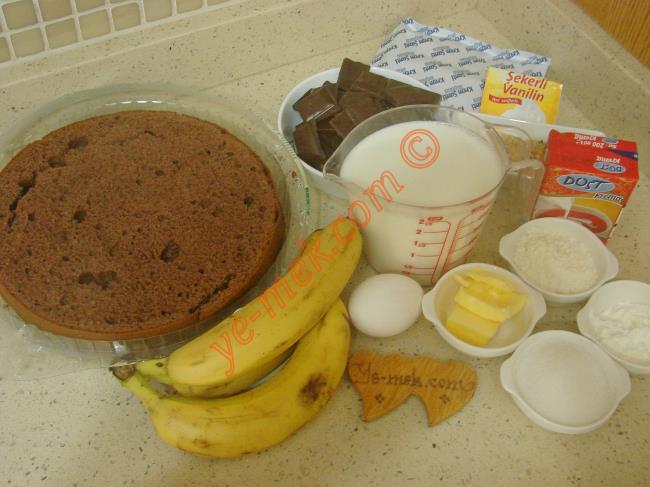 Malaga Tatlısı İçin Gerekli Malzemeler :  <ul> <li>1 paket hazır kakaolu pandispanya</li> <li>8 adet orta boy muz</li>         <li>Fındık kırığı</li>         <li><strong>Kreması İçin:</strong></li>         <li>3,5 su bardağı süt</li>         <li>1 adet yumurta sarısı</li>         <li>4 yemek kaşığı toz şeker</li>         <li>3 yemek kaşığı dolusu un</li>         <li>3 yemek kaşığı dolusu nişasta</li>         <li>1 tatlı kaşığı tereyağı</li>         <li>1 paket vanilya</li>         <li>1 paket toz krem şanti</li>         <li><strong>Ganaj İçin:</strong>         <li>1 paket sıvı krema (200 ml)</li>         <li>240 gr bitter ya da sütlü çikolata</li> </ul>