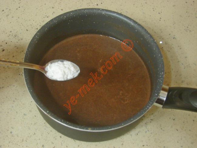 Hazırladığınız sıcak çikolatayı servis bardağı içine 1-2 cm aşağıda kalacak şekilde koyun.
