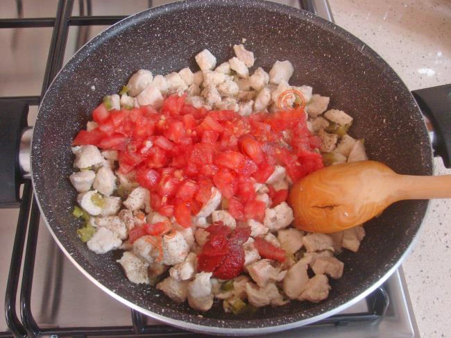 Ardından doğranmış tavuk etlerini koyup, suyunu salıp, çekene kadar pişirin.