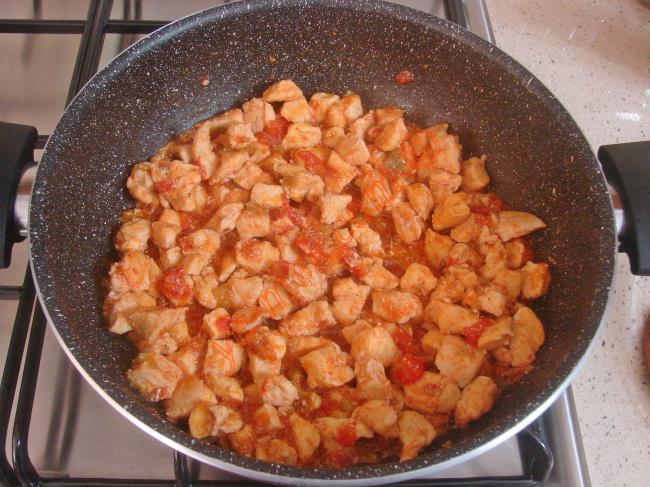 Domatesler iyice yumuşayıp, hafifçe suyunu çekene kadar pişirin.