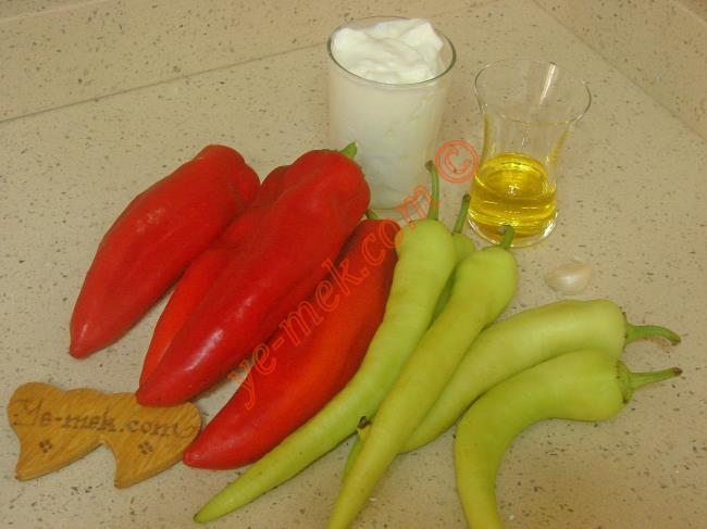Yoğurtlu Biber Kavurması İçin Gerekli Malzemeler :  <ul> <li>4 adet kırmızı kapya biber</li> <li>5 adet yeşil biber</li> <li>3 yemek kaşığı zeytinyağı</li>         <li>1 su bardağı katı yoğurt</li> <li>1 diş rendelenmiş sarımsak</li>         <li>Tuz</li> </ul>