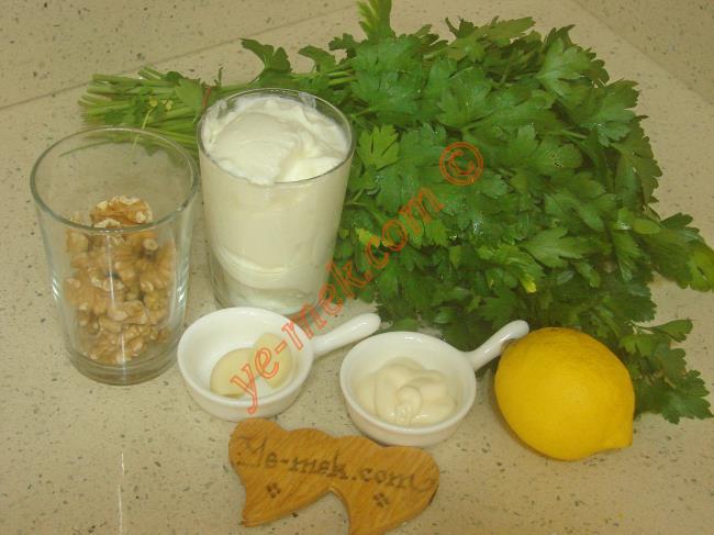 Cevizli Yoğurtlu Tarator İçin Gerekli Malzemeler :  <ul> <li>1 su bardağı katı yoğurt</li> <li>2 yemek kaşığı mayonez</li>         <li>1/2 su bardağı ceviz içi</li>         <li>1 adet küçük boy limon</li>         <li>2 küçük diş sarımsak</li>         <li>2 tutam maydanoz</li>         <li>Tuz</li> </ul>