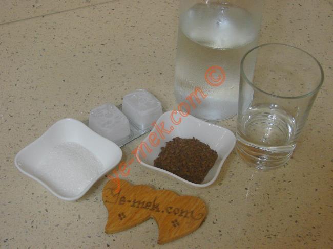 Frappe İçin Gerekli Malzemeler :  <ul> <li>1 tatlı kaşığı klasik nescafe</li> <li>1 tatlı kaşığı toz şeker</li>         <li>3 parça buz küpü</li> <li>İçme suyu</li> </ul>