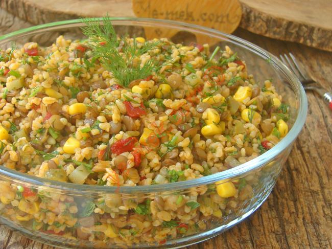 Misafirlerinize Servis Edebileceğiniz Güzel Bir Çay Yanı Salatası : Mercimekli Bulgur Salatası