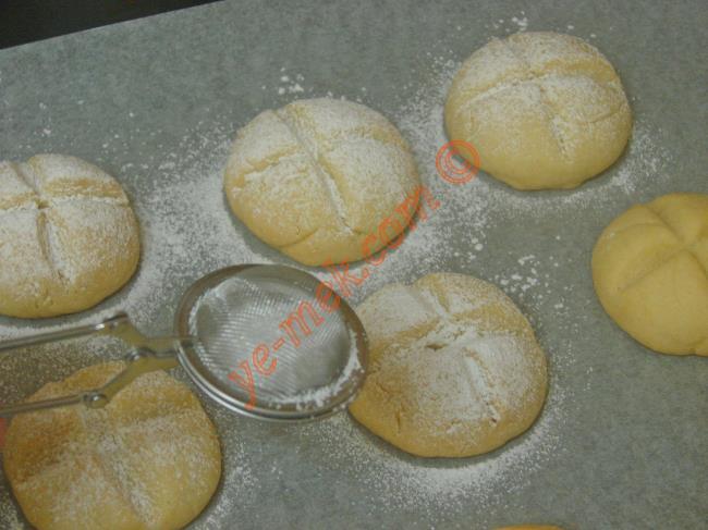 Kurabiyeler piştikten sonra fırından çıkartıp, soğumaya bırakın. Daha sonra üzerlerine bolca pudra şekeri serpiştirin.