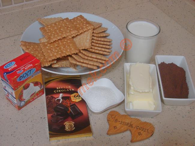 Kakaolu Mozaik Pasta İçin Gerekli Malzemeler :  <ul> <li>3 paket sade pötibör bisküvi</li>         <li>125 gr tereyağı</li> <li>2 su bardağı süt</li>         <li>4 yemek kaşığı toz şeker</li>         <li>3 yemek kaşığı dolusu kakao</li>         <li><strong>Üzeri İçin:</strong></li>         <li>1/2 paket sıvı krema (100 ml)</li>         <li>100 gr bitter çikolata</li>  </ul>