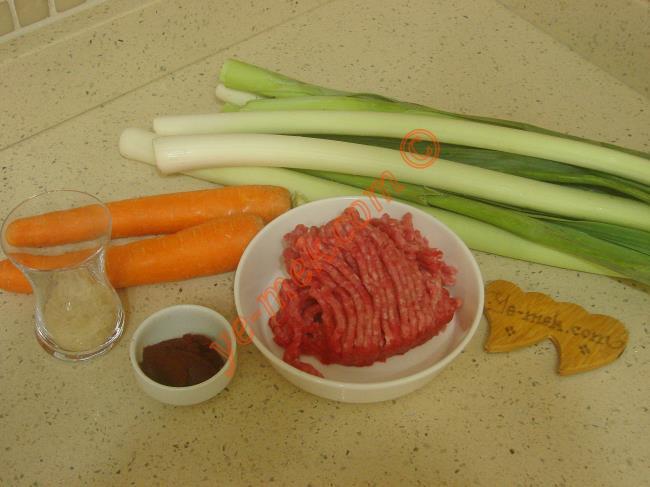 Kıymalı Pırasa Yemeği İçin Gerekli Malzemeler :  <ul> <li>150 gr kıyma</li>         <li>4 sap büyük boy pırasa</li> <li>2 adet orta boy havuç</li>         <li>1 tatlı kaşığı domates salçası</li>         <li>5 yemek kaşığı zeytinyağı</li>         <li>1 yemek kaşığı pirinç</li>         <li>Tuz</li> </ul>Kıymalı pırasa yemeği için; öncelikle 4 sap büyük boy pırasanın ilk katını soyup, iyice yıkayın. 2 parmak kalınlığında verev şeklinde kesin. Ardından 2 adet orta boy havucun da kabuğunu soyup, halkalar halinde kesin.