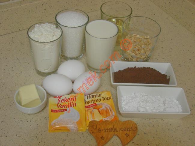 Magma Kek İçin Gerekli Malzemeler :  <ul>         <li><strong>Keki için:</strong></li> <li>3 adet yumurta</li>         <li>1 su bardağı toz şeker</li>         <li>1/2 su bardağı sıvı yağ</li>         <li>1 su bardağı süt</li>         <li>1 paket kabartma tozu</li>         <li>3 yemek kaşığı kakao</li>         <li>2 su bardağı un</li>         <li>1/2 su bardağı fındık kırığı</li>         <li><strong>Muhallebisi için:</strong></li>         <li>4 su bardağı süt</li>         <li>6 yemek kaşığı toz şeker</li>         <li>3 yemek kaşığı tepeleme nişasta</li>         <li>2 yemek kaşığı tepeleme un</li>         <li>1 paket vanilya</li>         <li>1 yemek kaşığı tereyağı</li> <li><strong>Üzeri İçin:</strong></li> <li>Pudra şekeri</li>  </ul>