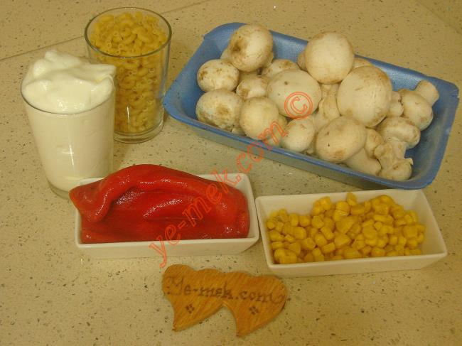 Mantarlı Makarna Salatası İçin Gerekli Malzemeler :  <ul> <li>1 paket kültür mantarı (400 gr)</li> <li>1,5 su bardağı küçük makarna</li>         <li>2 adet közlenmiş kırmızı biber</li>         <li>5 yemek kaşığı konserve mısır</li>         <li>2 su bardağı yoğurt</li>         <li>Tuz</li> </ul>