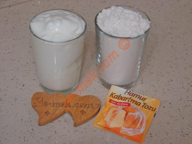 Üç Malzemeli Mayasız Pişi İçin Gerekli Malzemeler :  <ul> <li>1 su bardağı yoğurt</li> <li>1 paket kabartma tozu</li> <li>2 su bardağı un</li>         <li>Kızartmak için sıvı yağ</li>          </ul>