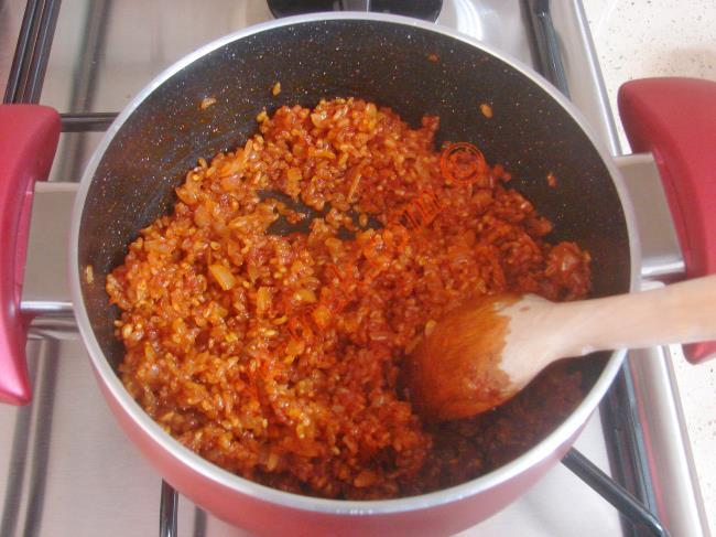 Kaynadıktan sonra ocağın altını kısıp, pilav suyunu çekene kadar pişirin.