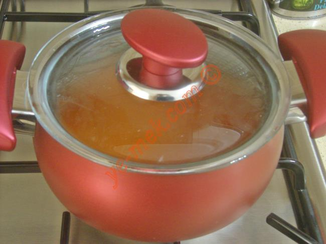 Salçalı bulgur pilavı piştikten sonra tencerenin kapağını açın.