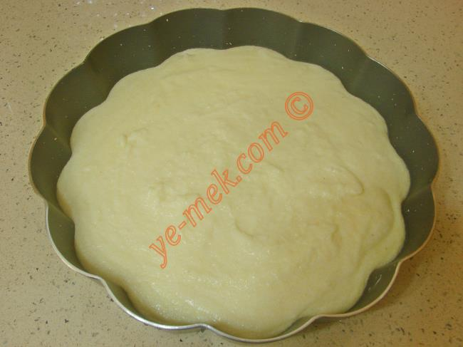 Buzdolabında dinlenen sütlü irmik tatlısını bir servis tabağı üzerine ters çevirip, yavaşça çıkartın.