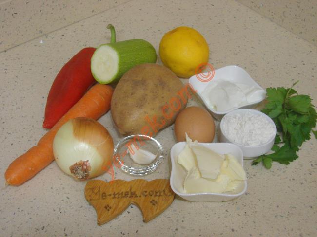 Terbiyeli Sebze Çorbası İçin Gerekli Malzemeler :  <ul> <li>1 adet orta boy patates</li> <li>1 adet orta boy havuç</li> <li>1 adet küçük boy kapya biber</li>         <li>1 adet orta boy soğan</li>         <li>1/2 adet kabak</li>         <li>1 diş sarımsak</li> <li>1 tutam maydanoz</li>         <li>1 yemek kaşığı tereyağı</li>         <li>2 yemek kaşığı sıvı yağ</li>         <li>5,5 su bardağı su</li>         <li>Tuz</li>         <li><strong>Terbiyesi İçin:</strong></li>         <li>1 yemek kaşığı yoğurt</li>         <li>1 adet yumurta sarısı</li>         <li>1/2 limon suyu</li> <li>1 yemek kaşığı tepeleme un</li>  </ul>Terbiyeli sebze çorbası için; 1 adet orta boy patates, 1 adet orta boy havuç, 1 adet küçük boy kapya biber ve yarım adet kabağı  minik küpler halinde kesin. 1 adet orta boy soğan, 1 diş sarımsak ve 1 tutam maydanozu da ince ince doğrayın.