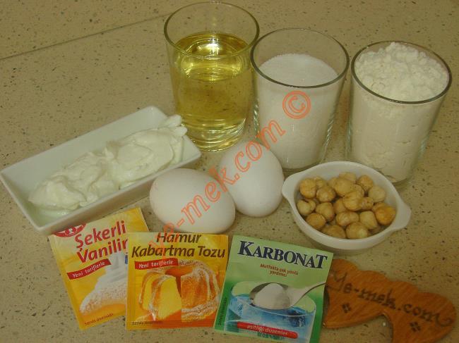 Boşnak Tatlısı İçin Gerekli Malzemeler :  <ul> <li>2 adet yumurta</li> <li>2 türk kahve fincanı toz şeker</li> <li>2 türk kahve fincanı sıvı yağ</li>         <li>2 yemek kaşığı yoğurt</li> <li>1 paket vanilya</li>  <li>1 paket kabartma tozu</li> <li>1/2 çay kaşığı karbonat</li> <li>4 su bardağı un</li>  <li><strong>Şerbeti İçin:</strong></li> <li>4 su bardağı su</li> <li>3 su bardağı toz şeker</li>         <li><strong>Üzeri İçin:</strong></li> <li>Fındık</li> </ul>Boşnak tatlısı yapımında öncelikle şerbeti hazırlayın. Orta boy derin bir tencere içine 3 su bardağı toz şeker koyun. Üzerine 4 su bardağı su döküp, ocak üzerine alın. Şeker eriyene kadar karıştırıp, kaynamaya bırakın. Kaynadıktan sonra ocağın altını kısıp, 10 dakika daha kaynatın. Daha sonra şerbeti ocaktan alıp, soğumaya bırakın.