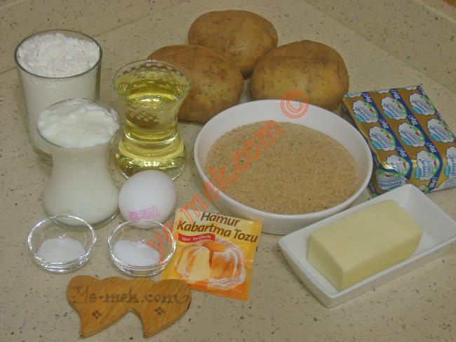 Galeta Unlu Patatesli Poğaça İçin Gerekli Malzemeler :  <ul> <li>250 gr tereyağı (Oda sıcaklığında)</li>         <li>1 çay bardağı sıvı yağ</li>         <li>1 çay bardağı yoğurt</li> <li>1 adet yumurta</li>         <li>1 paket kabartma tozu</li> <li>1 tatlı kaşığı tuz</li>         <li>1 tatlı kaşığı toz şeker</li>         <li>4,5 su bardağı un</li>         <li><strong>İç Malzemesi İçin:</strong></li>         <li>3 adet orta boy patates</li>         <li>1/2 su bardağı rendelenmiş kaşar peynir</li>         <li>Tuz, karabiber</li> <li><strong>Bulamak İçin:</strong></li> <li>Galeta unu</li> </ul>