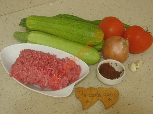 Kabak Musakka İçin Gerekli Malzemeler :  <ul> <li>3 adet büyük boy kabak</li> <li>200 gr kıyma</li> <li>1 adet soğan</li>         <li>2 diş sarımsak</li> <li>1 adet yeşil biber</li> <li>2 adet orta boy domates</li> <li>1 yemek kaşığı domates salçası</li> <li>4 yemek kaşığı zeytinyağı</li>         <li>1/2 su bardağı su</li> <li>Tuz, karabiber</li> </ul>