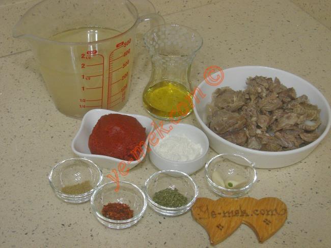 Salçalı Et Çorbası İçin Gerekli Malzemeler :  <ul> <li>Küçük bir kase kavrulmuş kuşbaşı et</li>         <li>3 yemek kaşığı zeytinyağı</li> <li>1 yemek kaşığı domates salçası</li>         <li>1 yemek kaşığı un</li>         <li>2 diş sarımsak</li>         <li>2,5 su bardağı et suyu</li>         <li>1 su bardağı su</li> <li>1/2 çay kaşığı kimyon</li>         <li>1 çay kaşığı kırmızı pul biber</li>         <li>1 çay kaşığı kuru nane</li>         <li>Tuz</li> </ul>Salçalı et çorbası yapımında; hazır kavrulmuş kuşbaşı etiniz yoksa öncelikle etin üzerini geçecek kadar su döküp, yumuşayana kadar haşlayın. Daha sonra haşladığınız etleri eliniz ile küçük küçük parçalara ayırın.