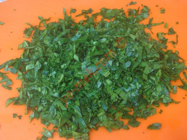 Terbiyeli ıspanak çorbası yapımında; öncelikle 100 gr ıspanağı temizleyip, yıkayın. Bıçak yardımı ile ince ince doğrayın.
