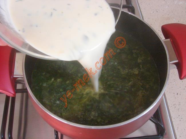 Hazırladığınız terbiyeyi çorbanın üzerine azar azar döküp, hızlıca karıştırın. Ara ara karıştırarak, kaynamaya bırakın.