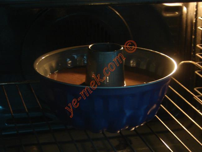 Önceden ısıtılmış 170 derece fırına verin. 45 dakika kadar pişirin. Kekin pişip pişmediğini bir kürdan yardımıyla kontrol edebilirsiniz. Kürdanı batırdığınız da kuru çıkarsa pişmiş demektir.