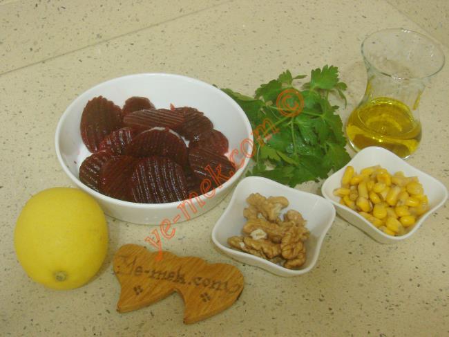 Pancar Salatası İçin Gerekli Malzemeler :  <ul> <li>2 adet küçük boy kırmızı pancar</li>  <li>3 yemek kaşığı konserve mısır</li>         <li>1 yemek kaşığı kırık ceviz</li>         <li>1 tutam maydanoz</li>         <li>3 yemek kaşığı zeytinyağı</li>         <li>3 yemek kaşığı elma sirkesi</li>         <li>Az miktar limon suyu</li>         <li>Tuz</li> </ul>