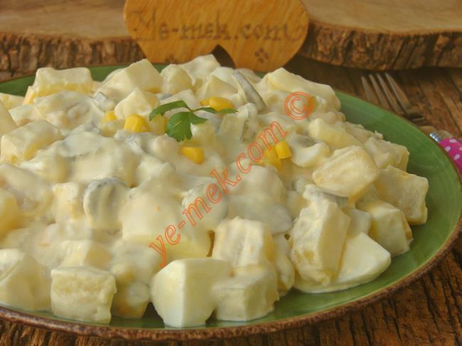 Hep Aynı Salataları Yapmaktan Sıkılanlara : Yoğurtlu Yumurtalı Patates Salatası