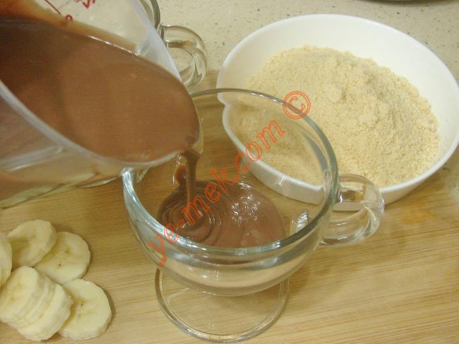 Tatlınızı yapacağınız kup ya da bardaklara önce çikolatalı pudingden koyun.